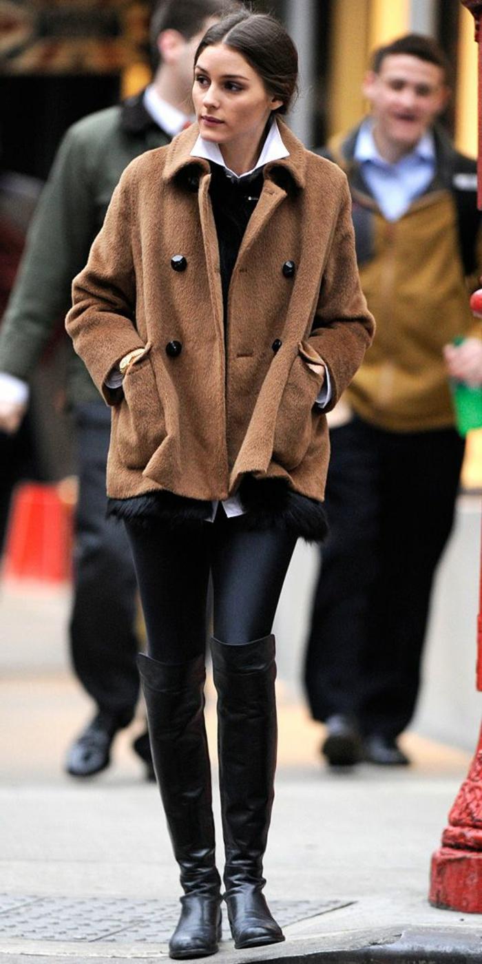 les-bottes-noires-très-tendances-pour-l-hiver-2016-une-femme-marche-sur-la-rue-avec-bottes-noires