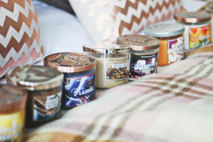 les-bougies-diptyque-bougie-parfum-bague-avec-pendentif-idées-déco-intérieur-automne-chambre-à-coucher