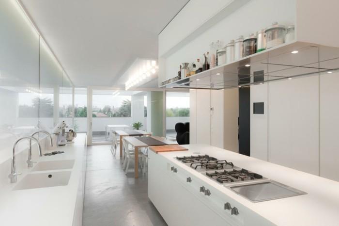 les-cuisines-blanches-murs-blanches-pour-la-maison-d-esprit-loft-avec-grandes-fenetres