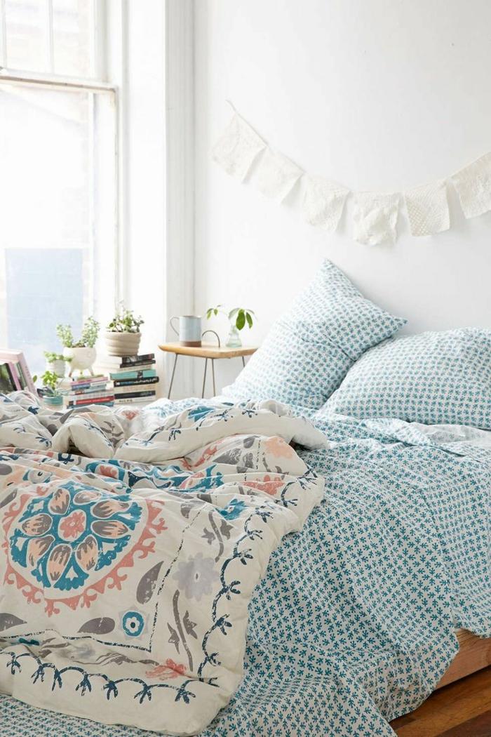 les-housses-de-couette-pour-la-chambre-à-coucher-de-couleur-bleu-ciel-murs-blancs