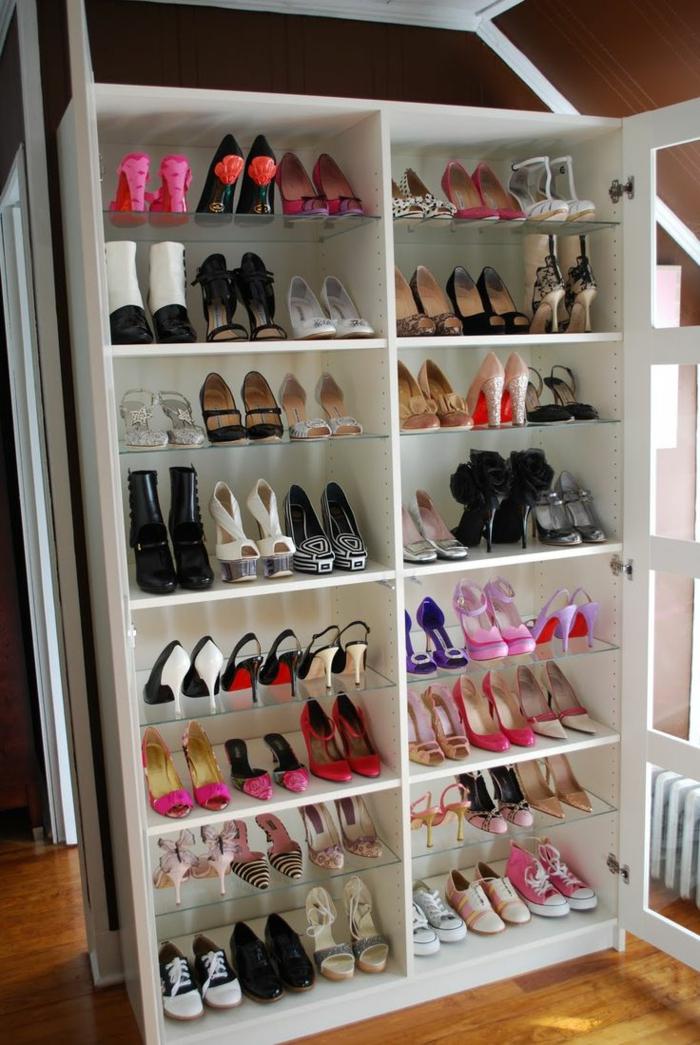 les-meubles-à-chaussures-dans-la-maison-contemporaine-poser-les-chaussures-dans-le-dressing-