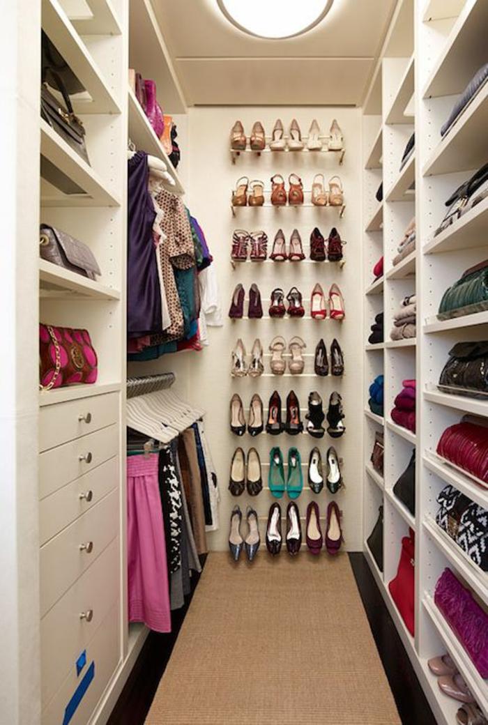 les-meubles-à-chaussures-dans-la-maison-contemporaine-poser-les-chaussures-dans-le-dressing