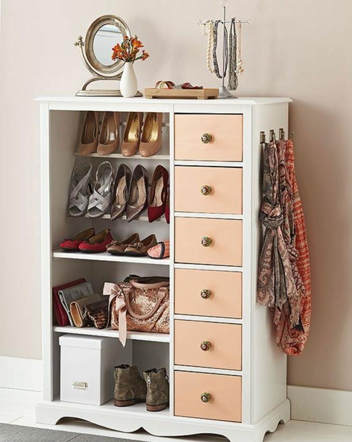 les-meubles-à-chaussures-dans-le-couloir-moderne-avec-tapis-gris-et-carrelage-blanc