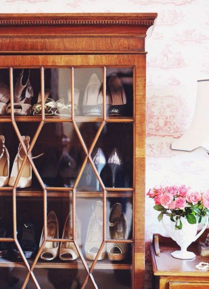 les-meubles-à-chaussures-en-bois-avec-miroir-fleur-rose-et-lampe-blanche-avec-meubles-en-bois