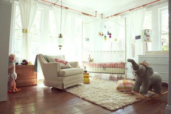 les-rideaux-enfant-dans-la-chambre-d-enfant-avec-grandes-fenetre-et-lumiere