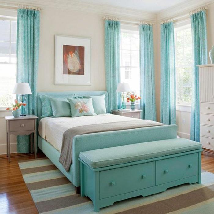 les-rideaux-voilage-bleus-dans-la-chambre-à-coucher-de-couleur-bleu-ciel