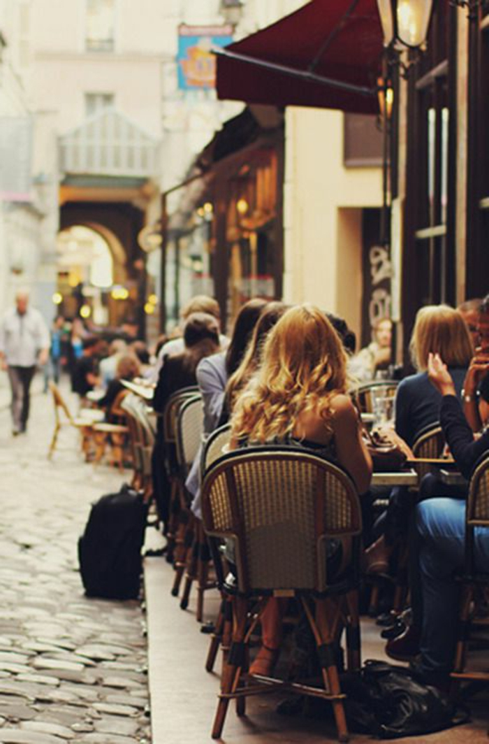 les-rues-parisiennes-et-la-beauté-de-paris-en-photos-inspirantes-un-joli-café-parisien