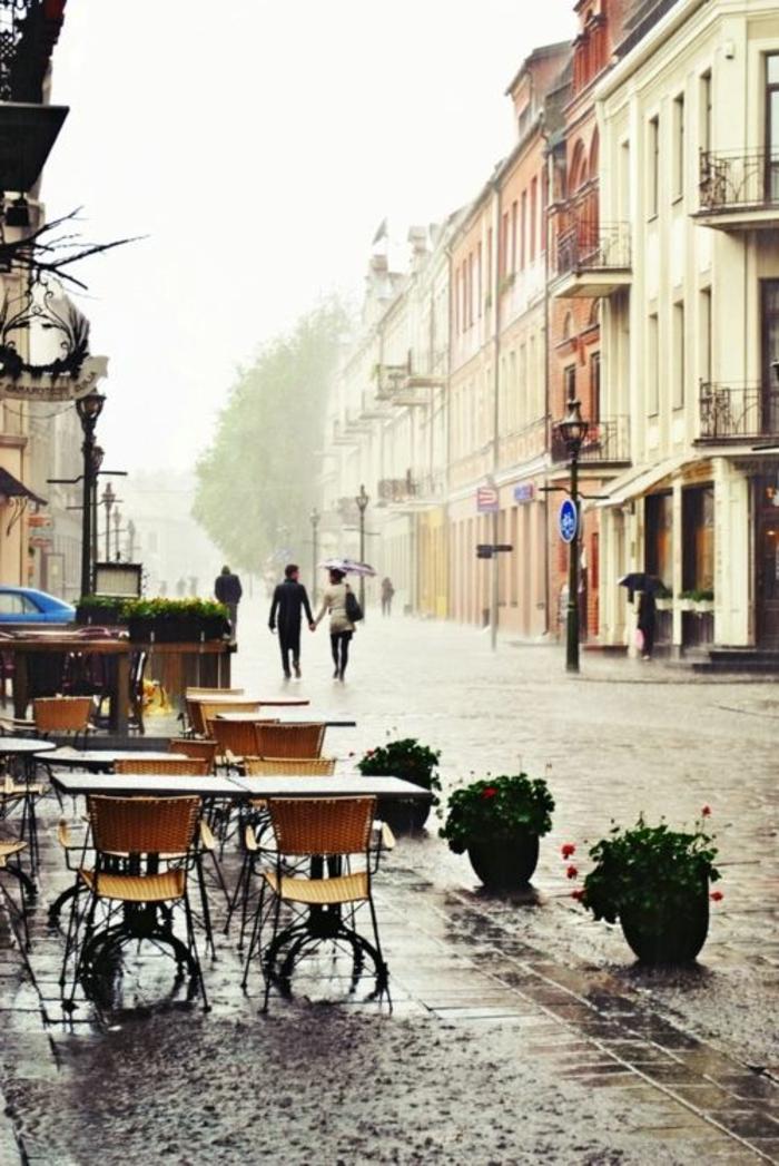 les-rues-parisiennes-sous-le-pluie-d-été-un-joli-coffee-parisine-avec-chaises-et-tables
