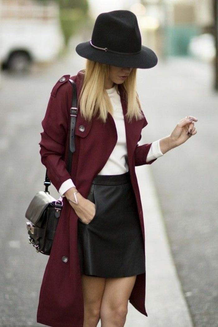 manteau-camaieu-de-couleur-rouge-vin-avec-cheveux-blonds-femme-moderne-chapeau-noir