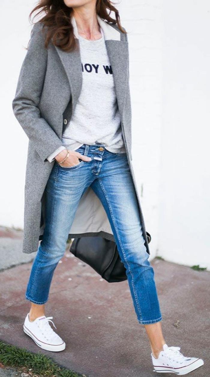 manteau-camaieu-gris-denim-bleu-avec-sneakers-blancs-femme-moderne-avec-denim-et-t-shirt