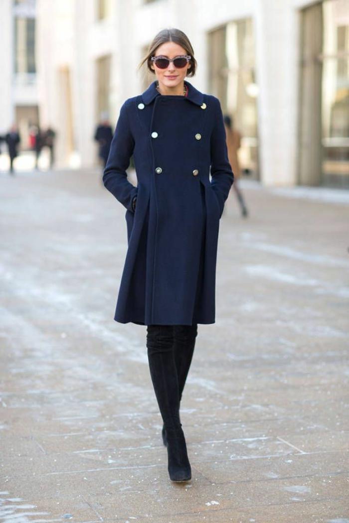 manteau-zara-couleur-bleu-foncé-pour-les-femmes-modernes-marchent-sur-les-rues