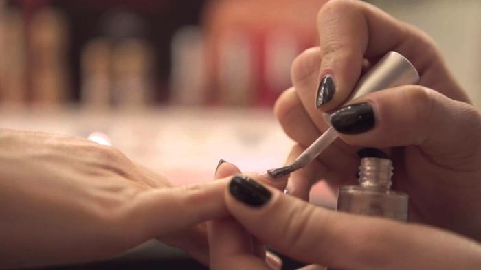 manucure-esthétiques-mains-et-couleur-aux-ongles-couleur-resized