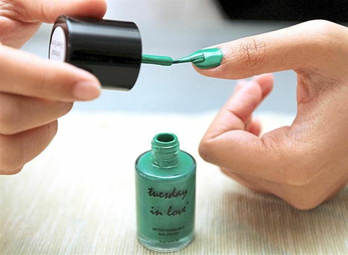 manucure-esthétiques-mains-et-couleur-aux-ongles-sur-la-main-resized