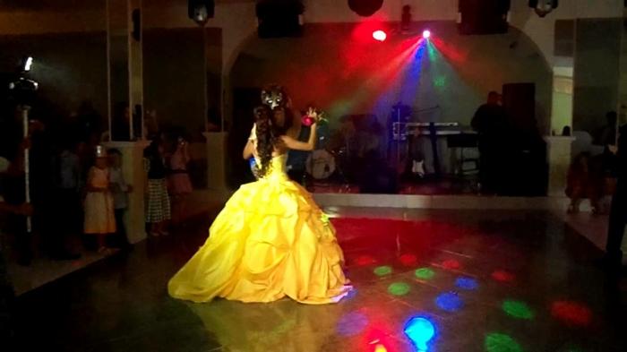 mariage-robe-de-mariée-princesse-de-Disney-Belle-et-la-bête-premier-danse-jaune-robe-de-princesse