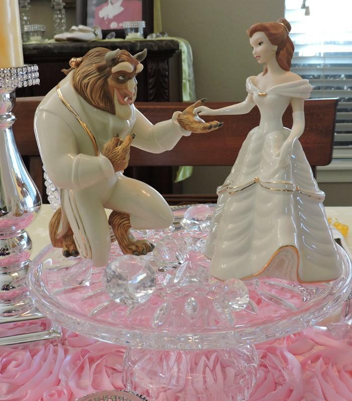 mariage-thématique-des-gâteaux-originales-de-mariage-idées-déco-fête-célébrer-avec-La-Belle-et-la-Bête-belle-figure-en-blanc
