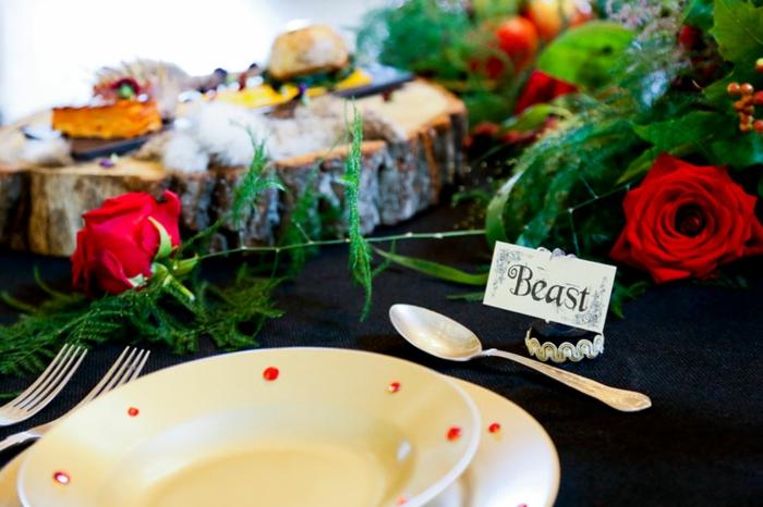 mariage-thématique-des-gâteaux-originales-de-mariage-idées-déco-fête-célébrer-avec-La-Belle-et-la-Bête-les-assiètes-plateaux