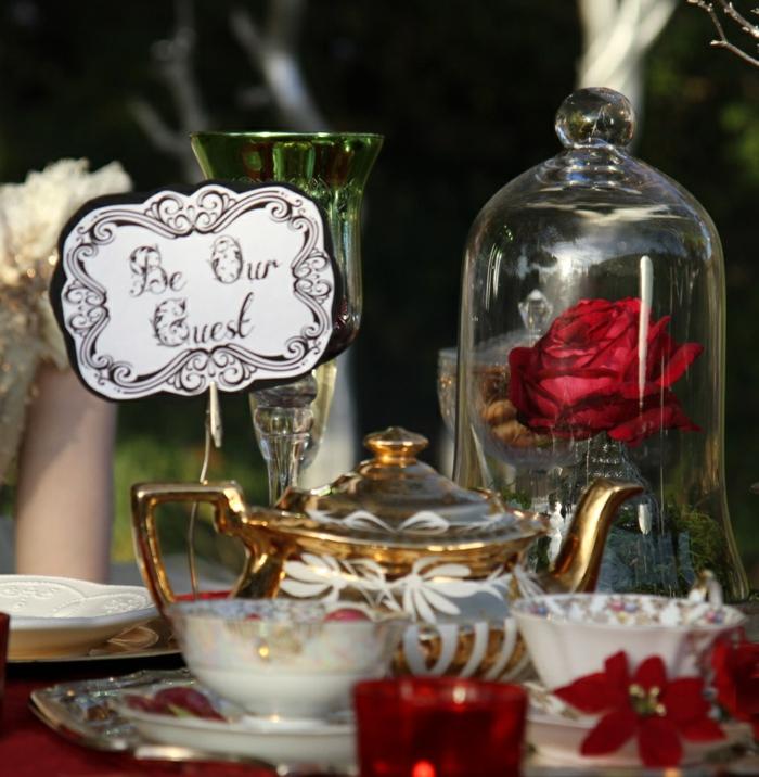 mariage-thématique-des-gâteaux-originales-de-mariage-idées-déco-fête-célébrer-avec-La-Belle-et-la-Bête-rose-be-my-guest-citation-de-film