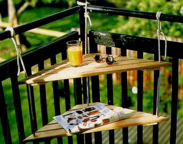 meuble-gain-de-place-pour-la-terrasse-avec-une-table-d-angle-en-bois-clair-dans-la-terrasse
