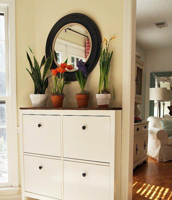 meubles-à-chaussures-blanc-laqué-dans-le-couloir-moderne-avec-sol-en-carrelage-beige