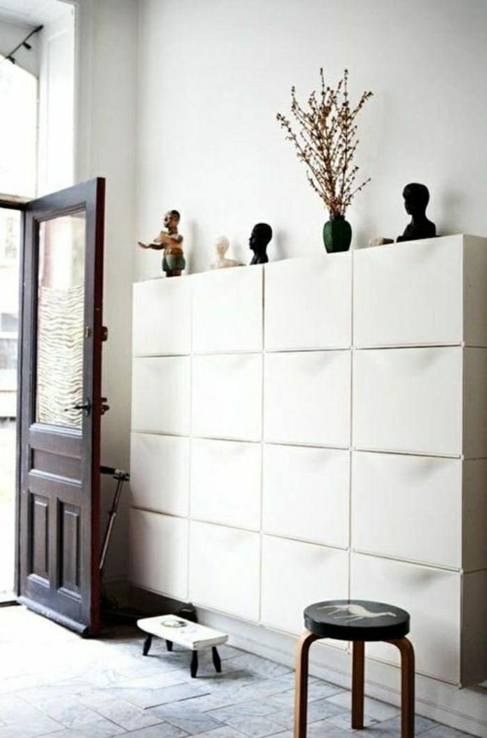 meubles-à-chaussures-blanc-laqué-dans-le-couloir-moderne-avec-sol-en-carrelage