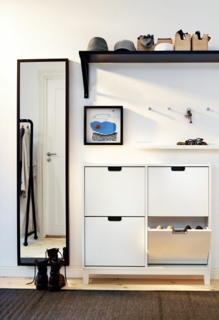 meubles-à-chaussures-blancs-dans-le-couloir-moderne-sol-en-parquette-foncé