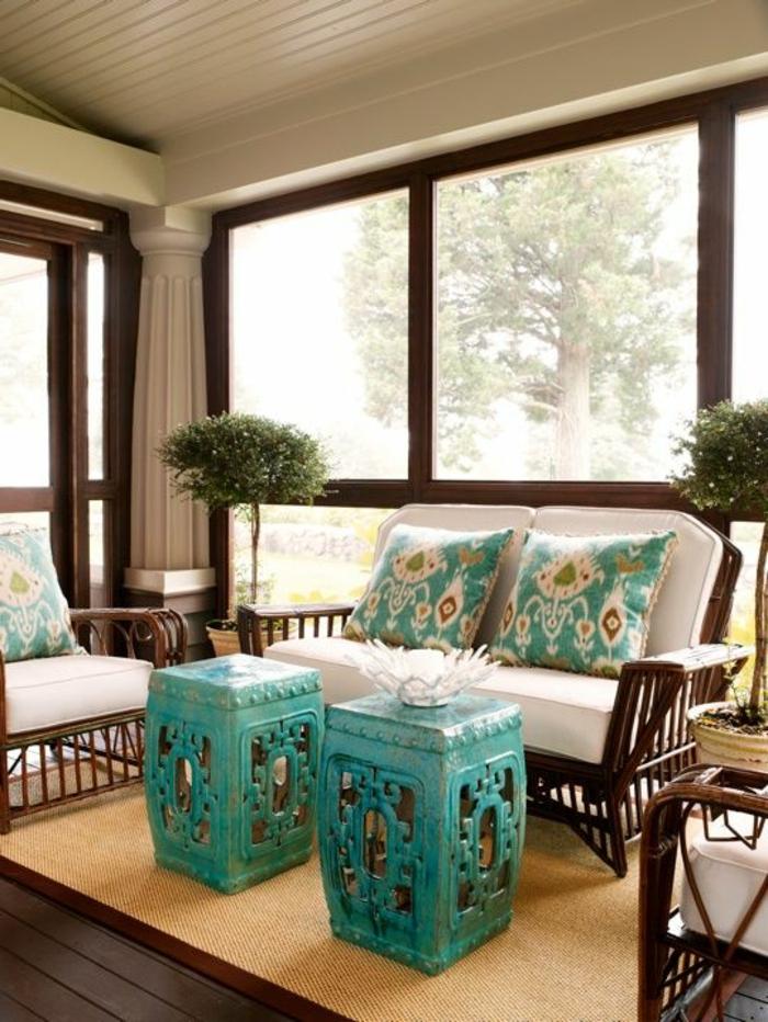 meubles-bambou-pas-cher-marron-foncé-et-tapis-en-rotin-beige-et-sol-en-planchers