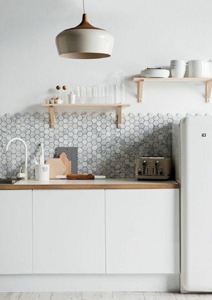 meubles-blanches-dans-la-cuisine-moderne-avec-meubles-blanches-mosaique-murale-gris
