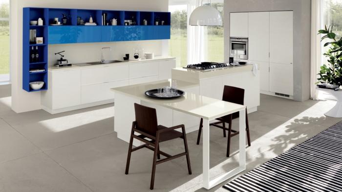 meubles-de-cuisine-blanche-laquée-et-commode-bleu-foncé-laqué-mur-blanc-carrelage-beige