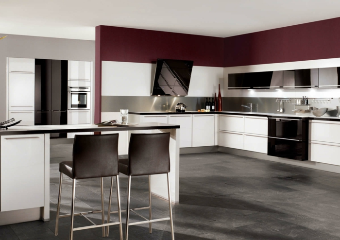 meubles-de-cuisine-laqués-blanc-noir-rouge-sol-en-carrelage-gris-plafond-blanc