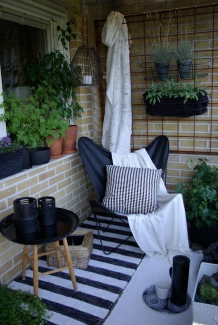 mobilier-outdoor-et-le-tapis-d-extérieur-blanc-noir-pour-la-terrasse-devant-la-maison