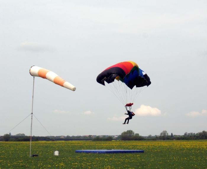 moniteur-parachutiste-école-de-parachutisme-idées-le-vent-la-terre