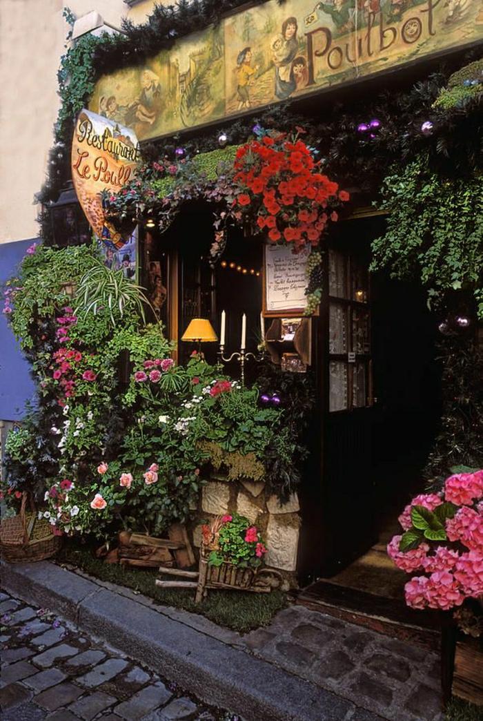 monuments-de-paris-un-joli-coffee-parisien-avec-beaucoup-de-fleurs-colorés