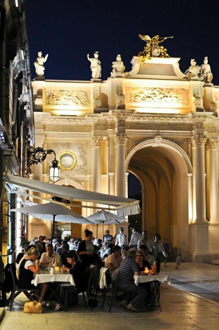 monuments-de-paris-un-joli-coffee-parisien-avec-beaucoup-de-gens-pendant-la-nuit