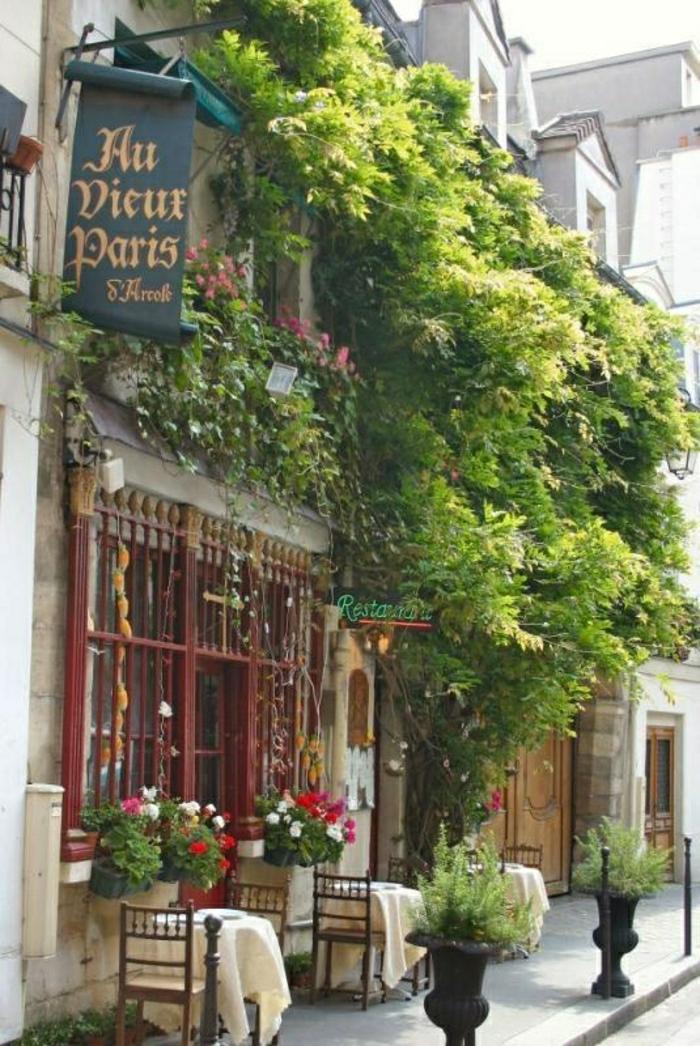 monuments-de-paris-un-joli-coffee-parisien-avec-une-jolie-terrasse-chaises-et-tables