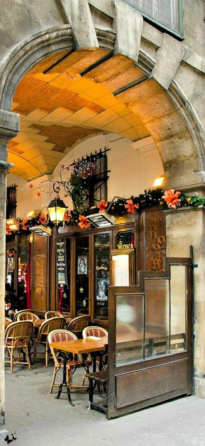 monuments-de-paris-un-joli-coffee-parisien-avec-une-jolie-terrasse