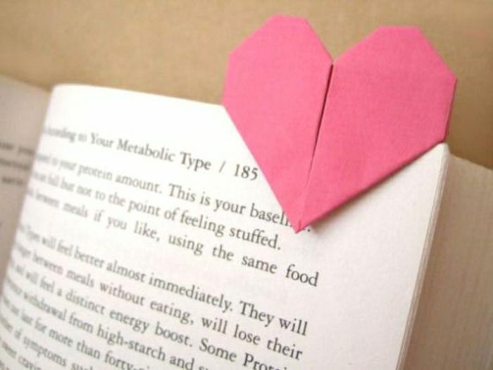origami-coeur-pour-un-marque-page-original-pour-votre-livre-idee-comment-fabriquer-un-maruque-page