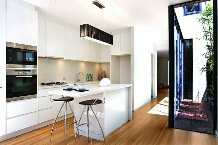 ouverte-cuisine-moderne-sol-en-parquet-clair-murs-blancs-sol-parquet-clair-meubles-d-intérieur-moderne