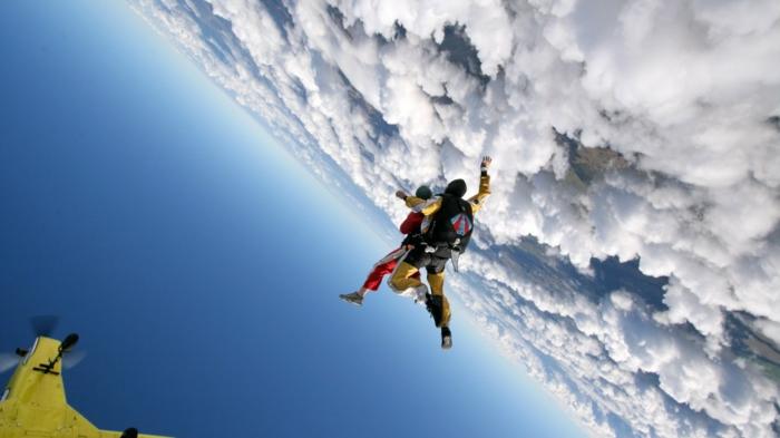 pac-parachutecombien-coute-un-saut-en-parachute-beauté-nuages