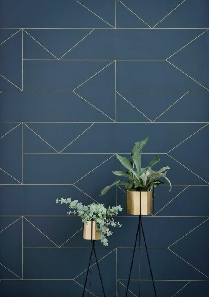 papier-peint-géométrique-bleu-foncé-pour-les-murs-de-salon-plante-verte-d-intérieur