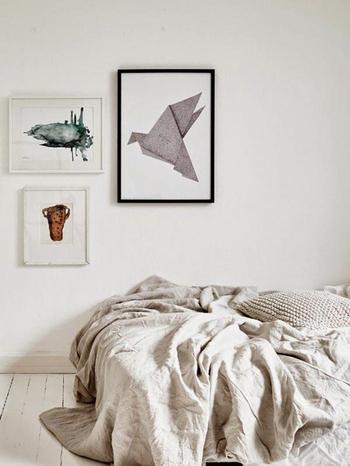 parquet-blanc-peintures-et-grand-lit-au-sol