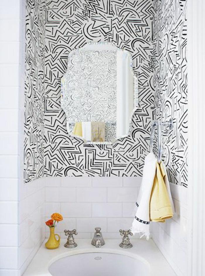 papier peint salle de bain ambiance rtro pour une salle de bain grise et blanche avec ce papier. Black Bedroom Furniture Sets. Home Design Ideas