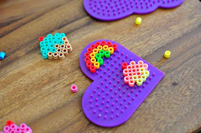 perles-à-repasser-jolies-créations-en-perles-sur-des-plaques-plastiques