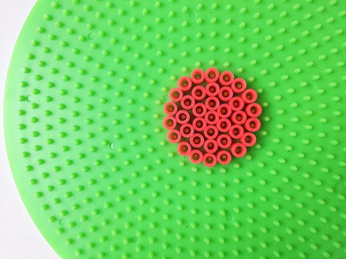 perles-à-repasser-la-plaque-verte-et-le-cercle-rouge