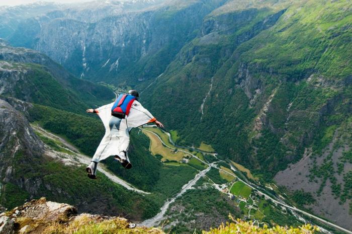 photos-sauter-en-parachute-expérience-inoubliable-vue-magnifique-le-vert-des-montagnes-coutume-parachute