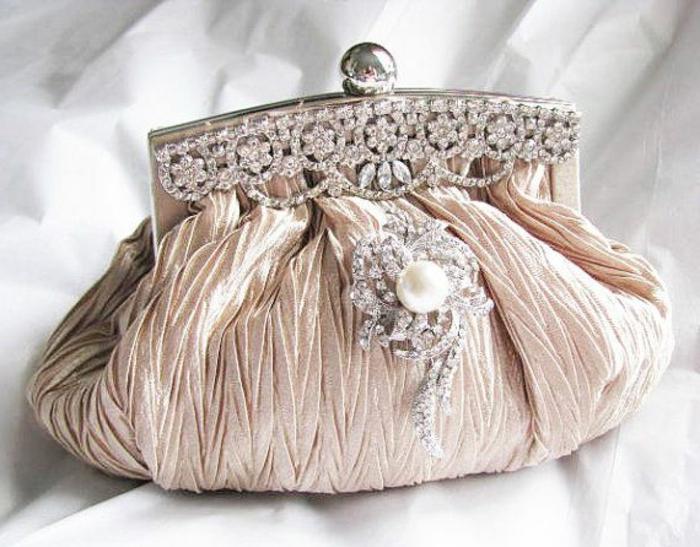 pochette-de-soirée-en-rose-modèle-vintage