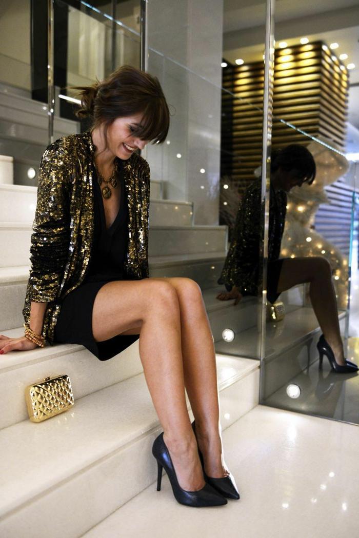 pochette-de-soirée-outfit-moderne-avec-petite-pochette-dorée