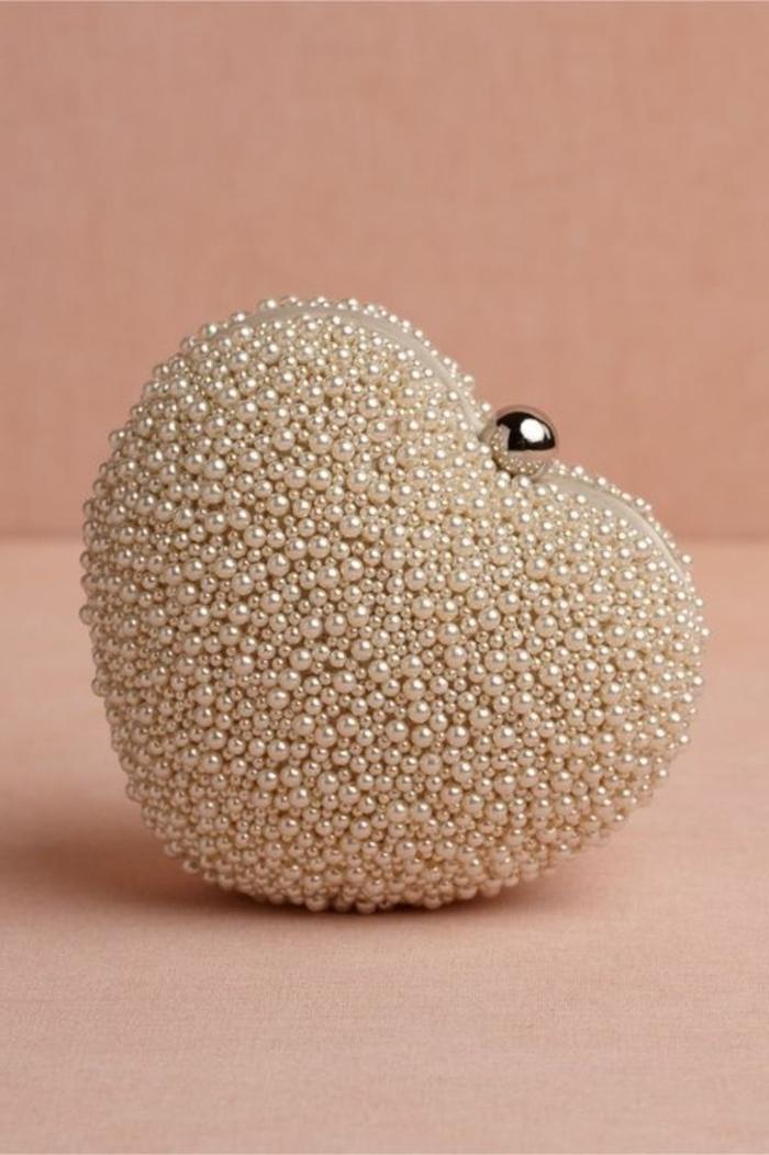 pochette-de-soirée-perlée-en-forme-de-coeur