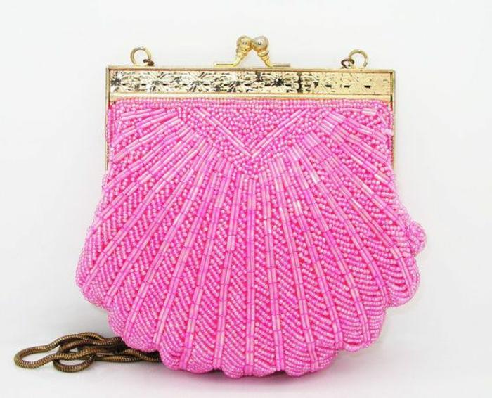 pochette-de-soirée-rose-fermoir-métal-jaune-petit-sac-bandoulière