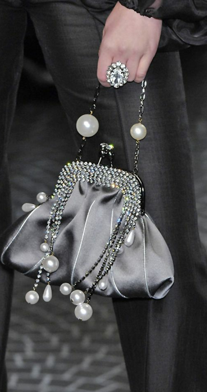pochette-de-soirée-sac-à-main-incrusté-avec-cristaux-avec-pendentifs-perles