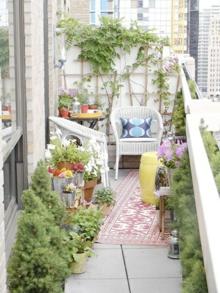 pour-bien-aménager-le-balcon-poser-un-tapis-d-extérieur-coloré-rose-blanc